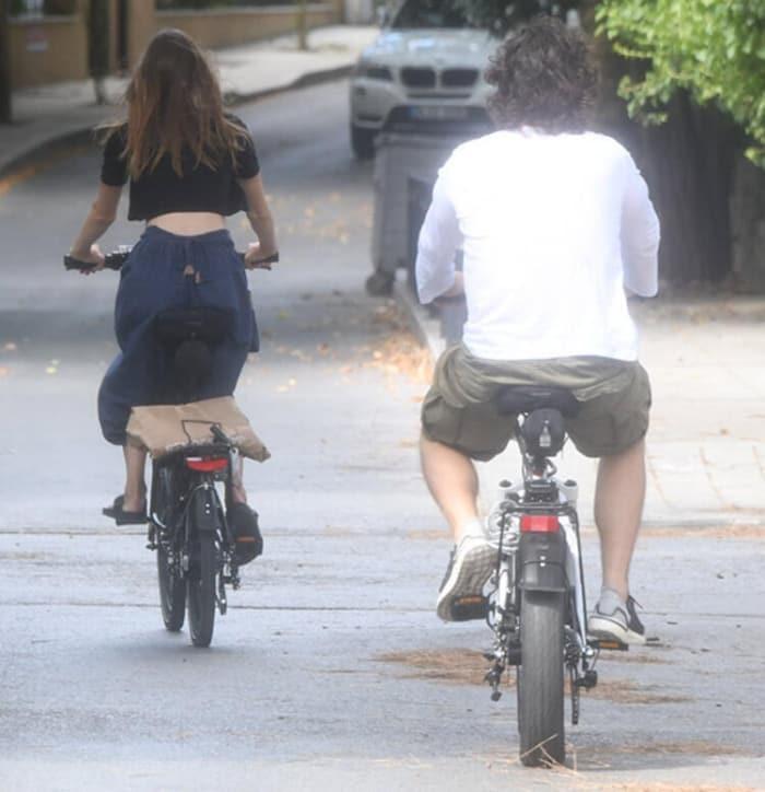 Alina Boz ve sevgilisi Mithat Can Özer İstanbul sokaklarında bisikletle: Aşkım beni takip et!